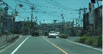➂歩道橋を過ぎたら指泉堂が見えてきます。すぐに右折のご準備を♪